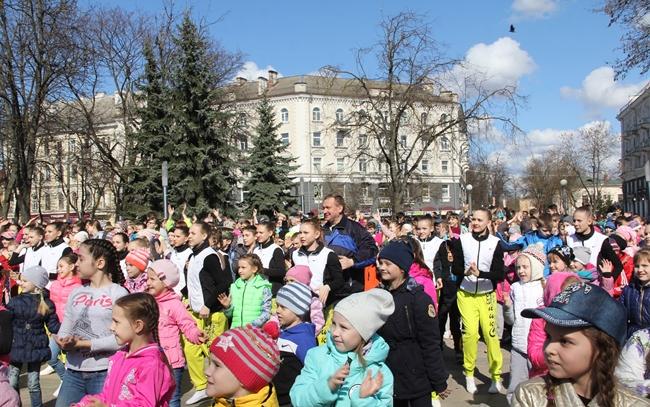 Глава Пскова вместе с горожанами массовой зарядкой отметил Всемирный день здоровья, фото-1