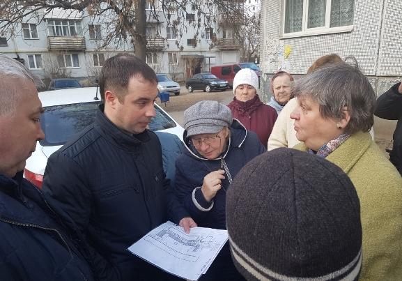 Жители дома 16а по улице Коммунальной в Пскове обсудили с депутатом ПГД проект ремонта двора, фото-1