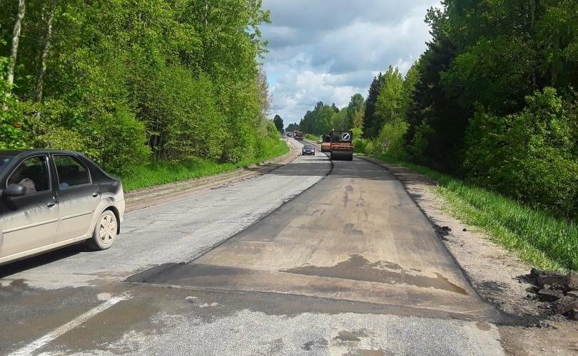 На участке Цапелька-Новоселье-Струги Красные-Плюсса идет восстановление асфальтного покрытия, фото-1