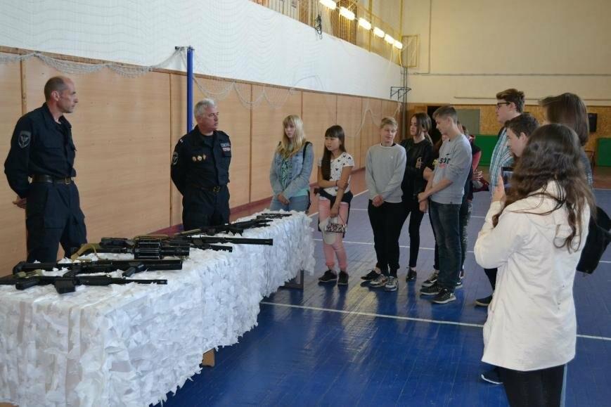 В Пскове воспитанники детского лагеря «Юный спецназовец» посетили базу ОМОН, фото-1