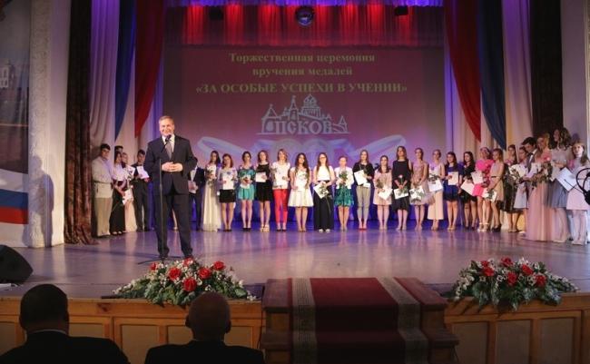 Число медалистов среди выпускников 2017 года в Пскове превысило сотню, фото-2