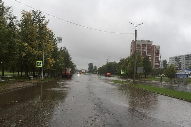 Последствия сильного дождя в Пскове устраняют более 10 единиц спецтехники, фото-1