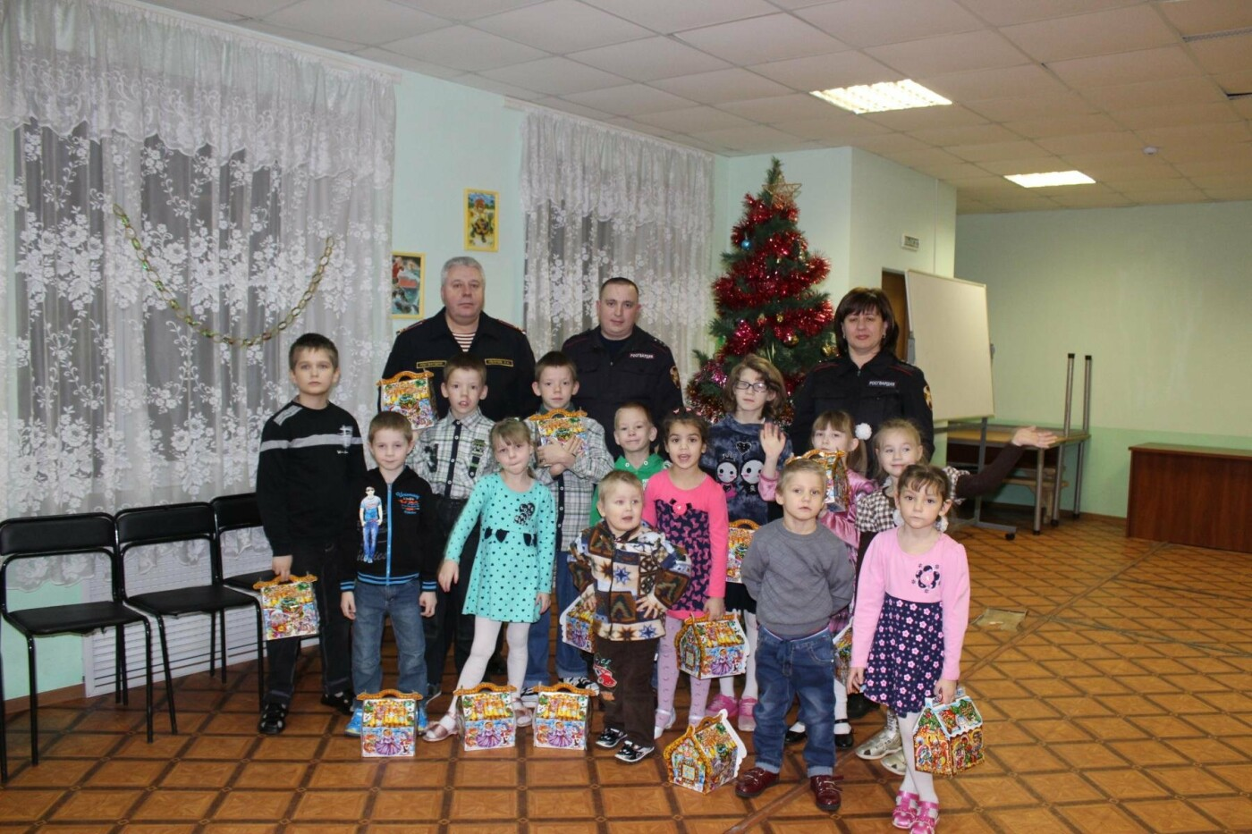 Псковские росгвардейцы поздравили воспитанников «Областного центра семьи» с наступающим Новым годом, фото-1