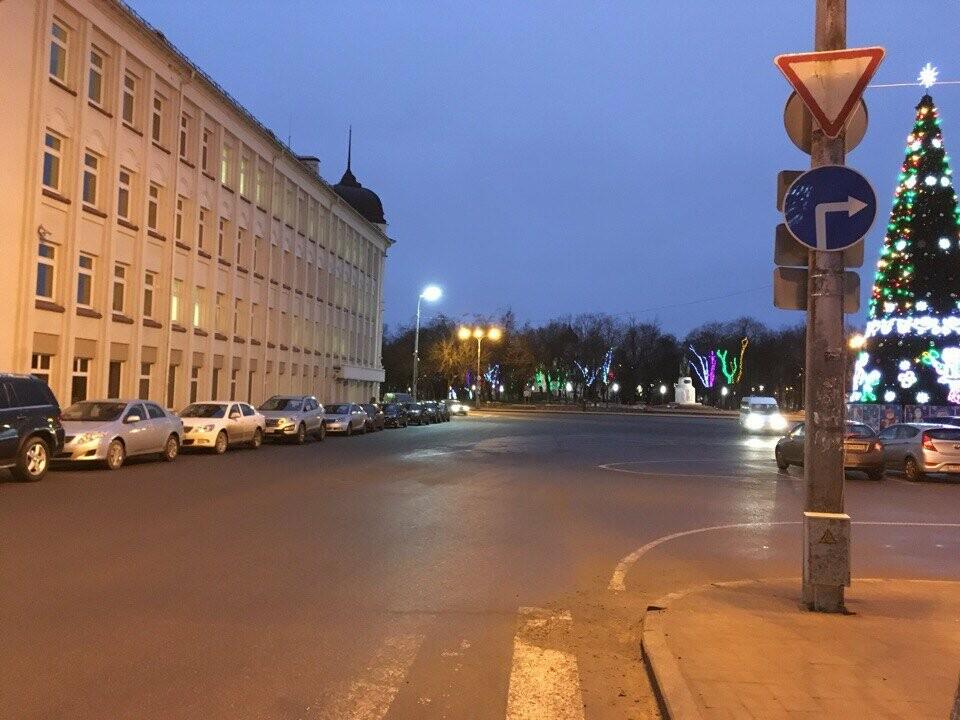 В Пскове изменилась схема проезда Октябрьской пл. при движении от ПсковГУ, фото-1