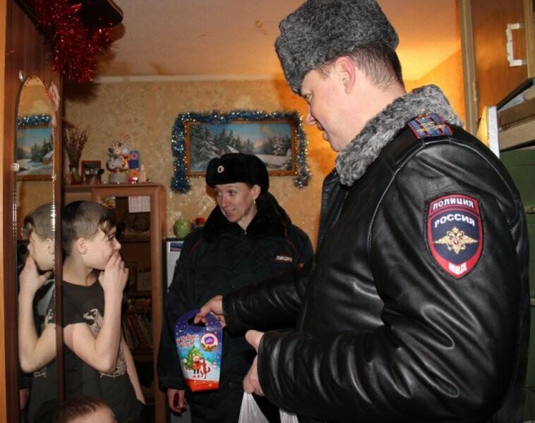 Полицейские и общественники поздравили юных псковичей, фото-2