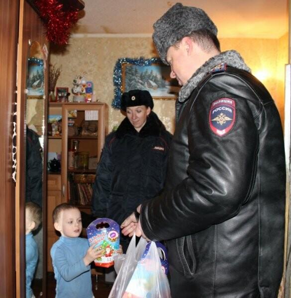 Полицейские и общественники поздравили юных псковичей, фото-3