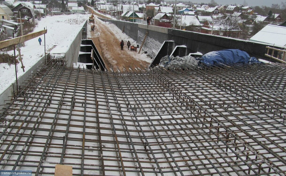 В Великих Луках продолжается строительство автодорожного путепровода через железную дорогу, фото-3
