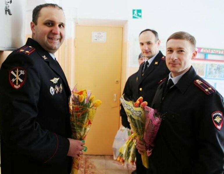 Сегодня полицейские и общественники поздравили с наступающим весенним праздником коллектив Псковского детского дома, фото-1