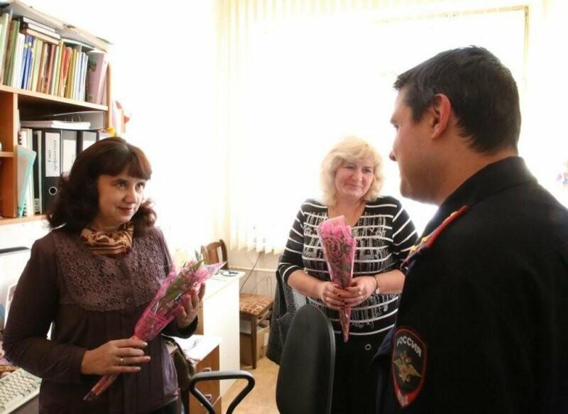 Сегодня полицейские и общественники поздравили с наступающим весенним праздником коллектив Псковского детского дома, фото-2
