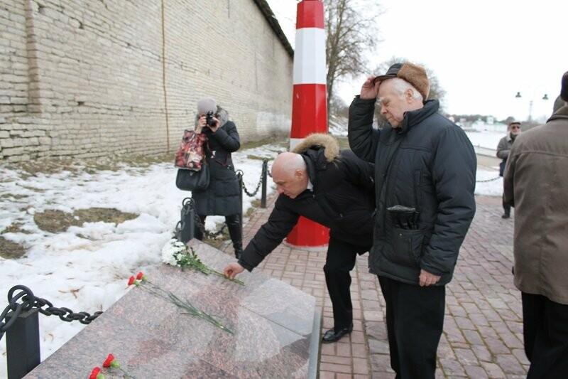 Псковские активисты ОНФ приняли участие в патриотической акции, посвященной Дню моряка-подводника, фото-3