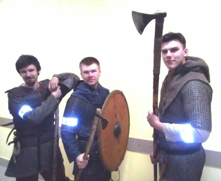 В Пскове викинги и робот-трансформер призвали взрослых и детей носить световозвращатели, фото-1