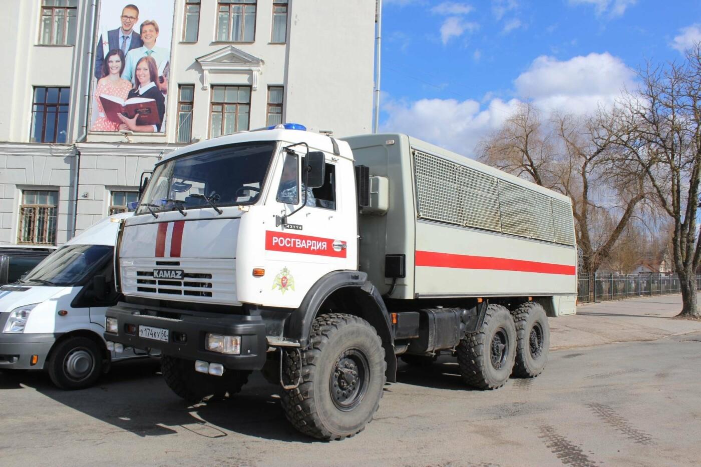 В Пскове состоялся гарнизонный развод нарядов Росгвардии, заступающих на службу по охране общественного порядка, фото-2