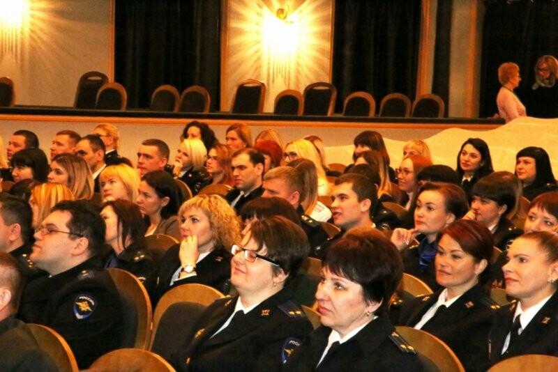 В Пскове следователей поздравили с праздником, фото-1