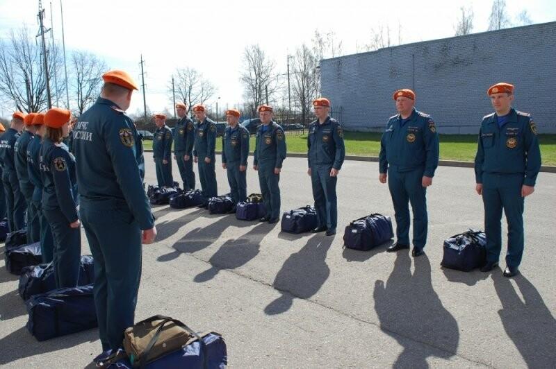 У Псковских МЧС прошел строевой смотр в связи с переходом на летнюю форму одежды, фото-3