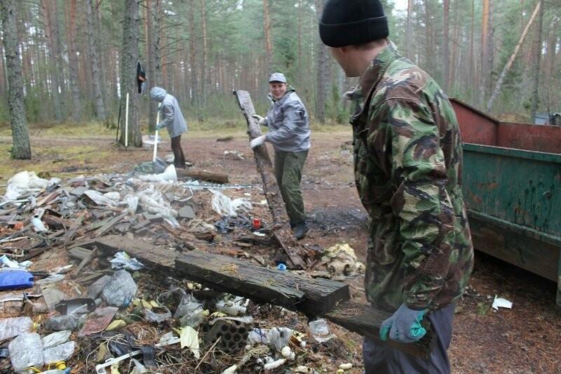 Псковские активисты ОНФ убрали три несанкционированные свалки в лесополосе в Печорском районе, фото-2
