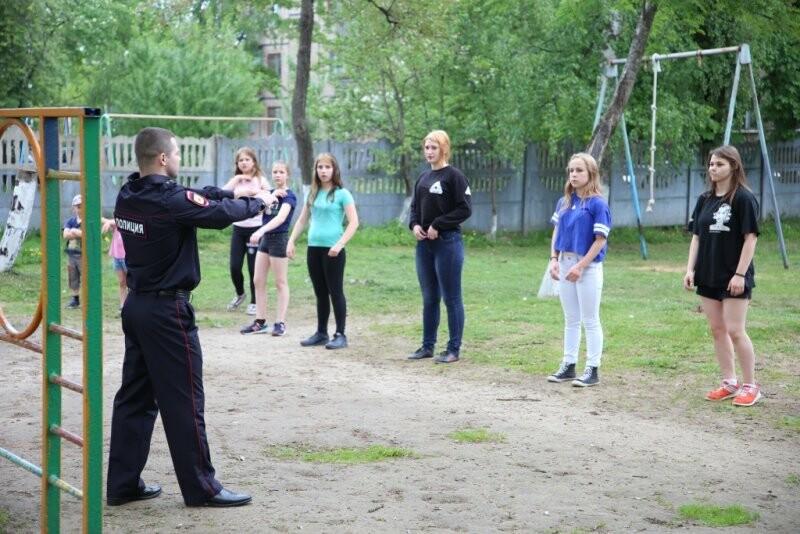 Подопечные псковского детского дома сделали зарядку со стражем порядка, фото-2