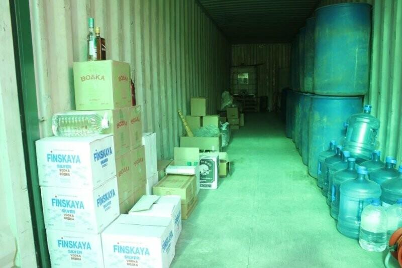 Более 40 тысяч бутылок немаркированного алкоголя на сумму 6,5 миллионов рублей изъяли псковские полицейские, фото-2