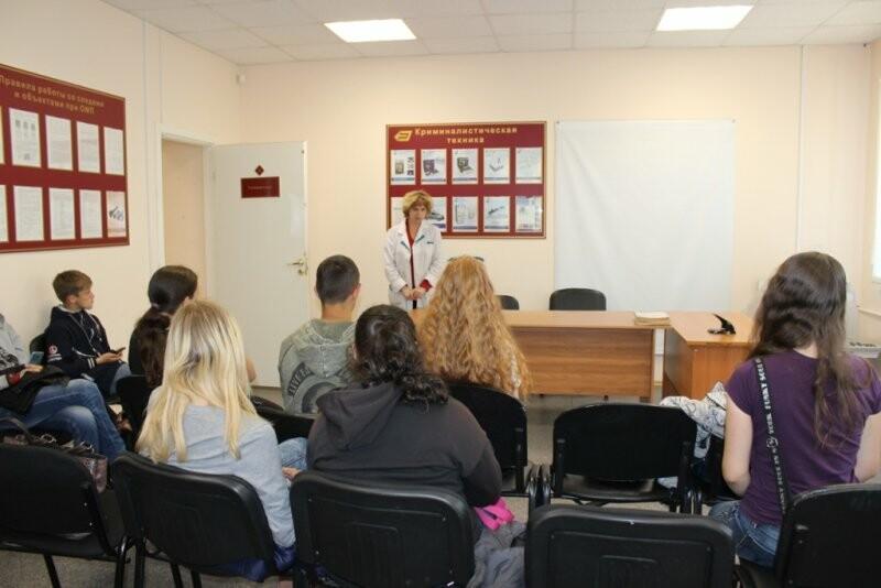 В Пскове юных горожан познакомили с работой экспертов-криминалистов, фото-1