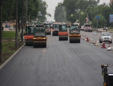 В Пскове на участке Рижского проспекта укладывают асфальт , фото-1